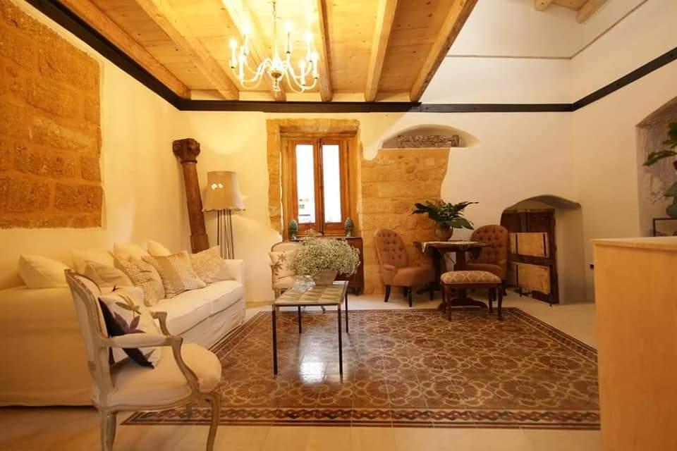 La star hollywodiana compra casa a 1 euro a Sambuca di Sicilia e la trasforma in una dimora da sogno