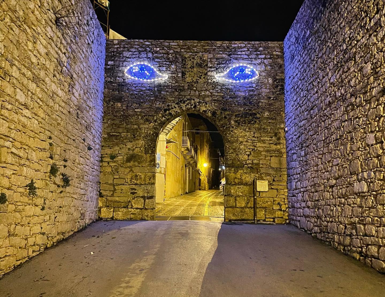 Una nuova installazione di Domenico Pellegrino illumina il Natale di Erice