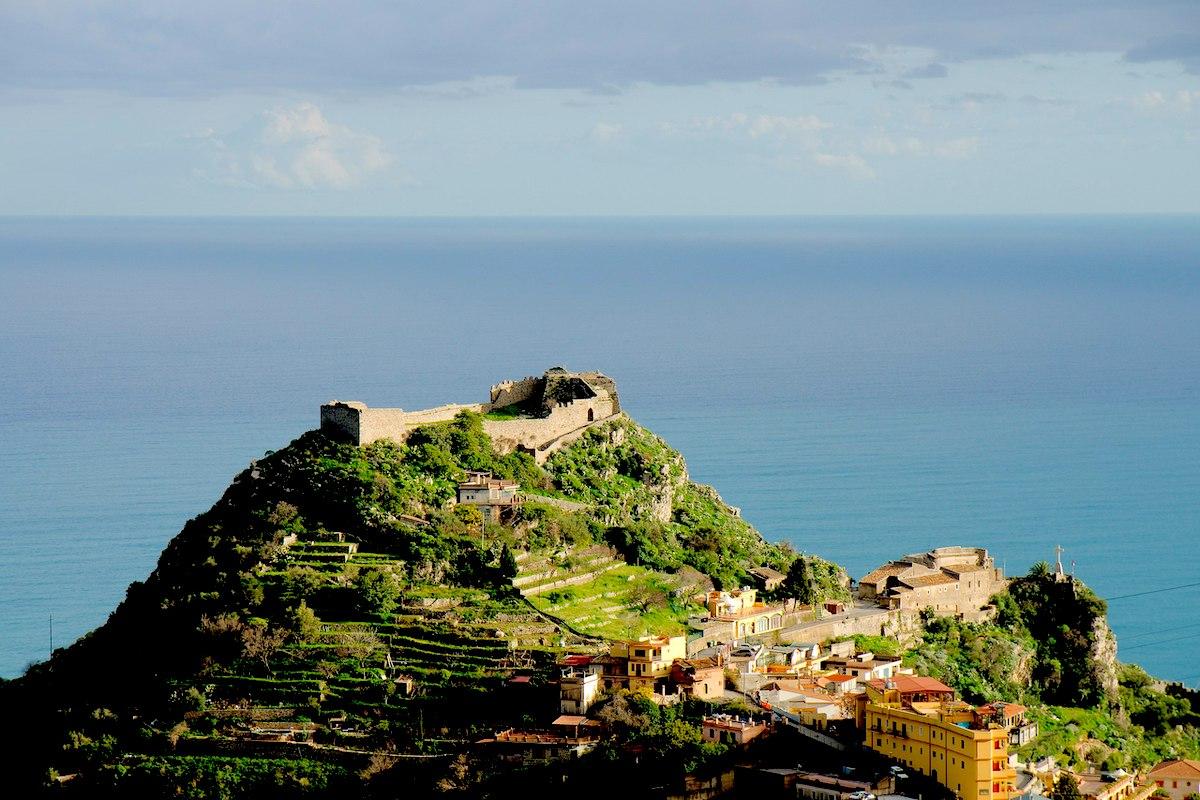 Taormina, un progetto per il Castello di Monte Tauro: vizza mozzafiato sul versante ionico