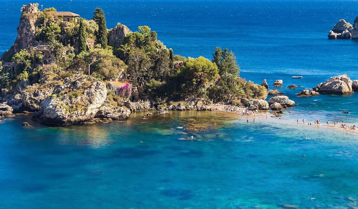 La baia dell'Isola Bella di Taormina torna a splendere dopo gli interventi di bonifica
