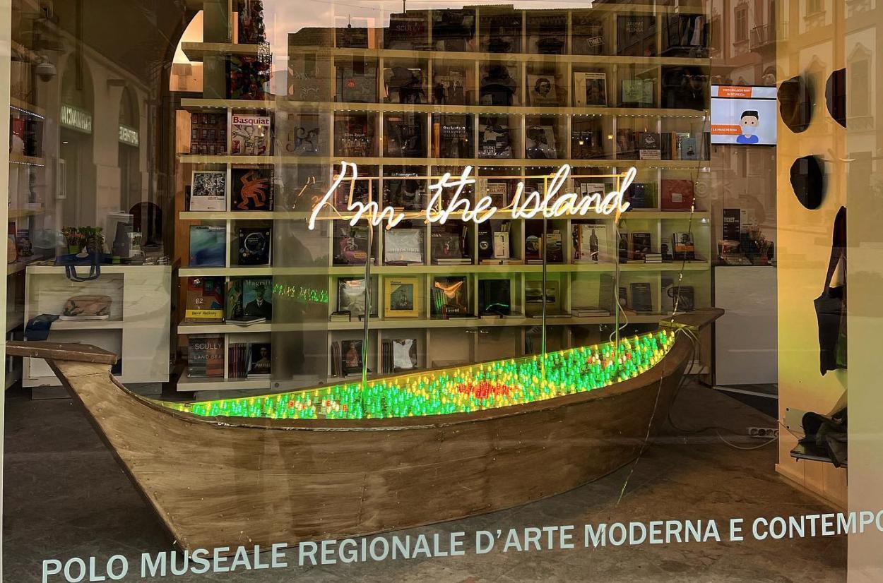 Una barca di luce illumina il Museo Riso: è la scultura di Domenico Pellegrino