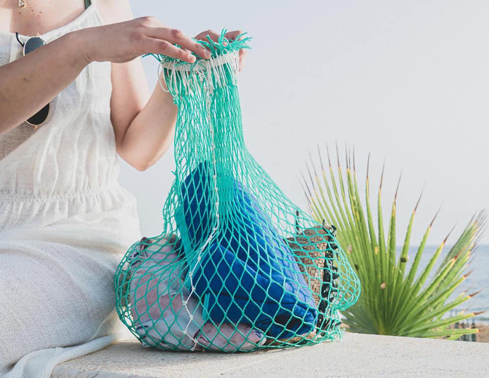 """Le vecchie reti da pesca diventano borse di design: """"Risacca"""" vince il Green Impact Med"""